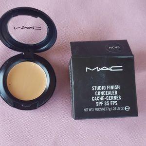 MAC Studio finish Concealer NC45